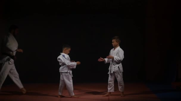 19.09.2017 - Chernivtsi, Ukrajna. Karate - nagyon erős gyermekek a mat képzési technika judo. lassú mozgás