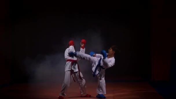 19.09.2017 - Chernivtsi, Ukrajna. Karate - nagyon erős gyermekek a mat képzési technika judo