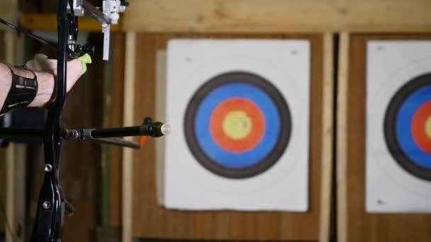 Mladý muž školení na lukostřelbu s lukem a šípy, lidé, sport