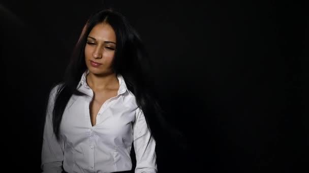 Porträt von sexy Brünette bläst Wind die Haare verstreut