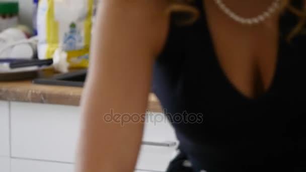 Glückliche junge Frau Hausarbeit. Süße Hausfrau, die Reinigung der Küche