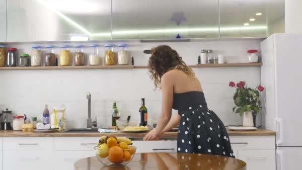 Szép boldog, örömteli pinup stílus háziasszony konyhájában