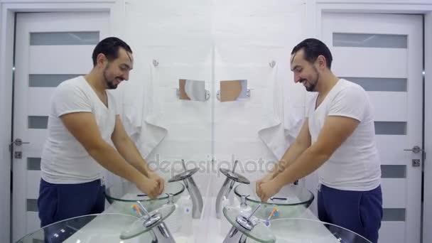 Мужик в кресле перед зеркалом клип
