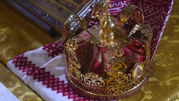 Attributi di Chiesa per la cerimonia nuziale. Corone doro sono sullaltare. Attributi del sacerdote. Interno della Chiesa