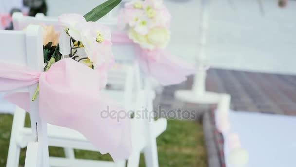 Dekor Auf Den Stuhlen Bandern Und Blumen Auf Weissen Stuhlen Rosen