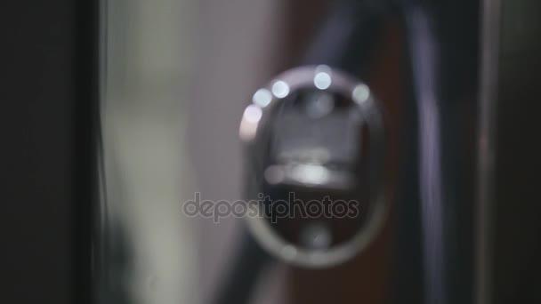 Chiave andando nel buco della serratura. messa a fuoco selettiva