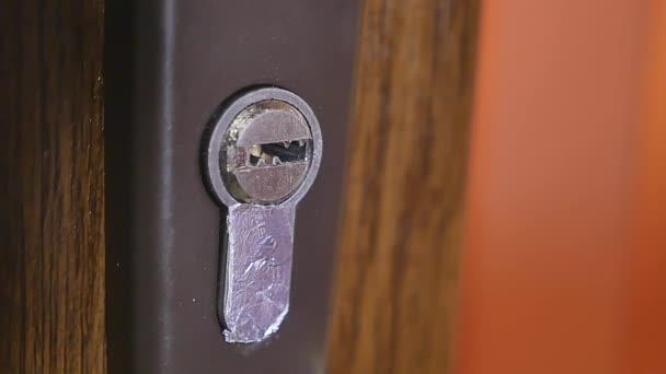 Chiave che va nel buco della serratura