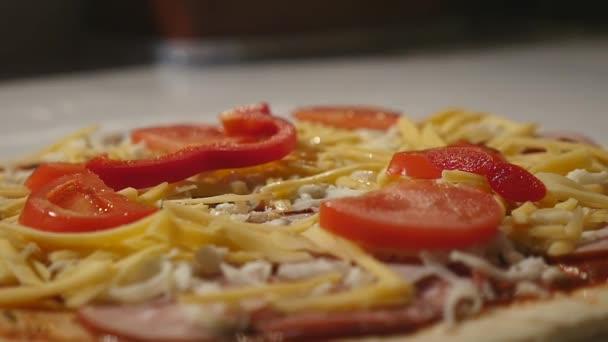 Karet, šéfkuchař italské pizzy. Detailní záběr