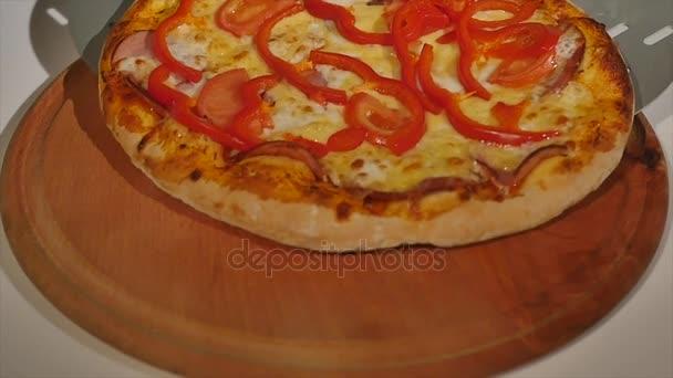 Pepperoni pizza na stůl