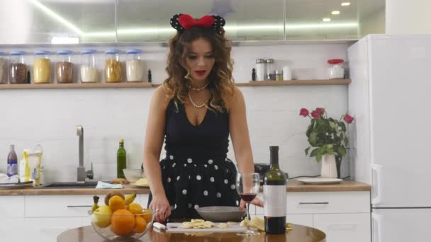 Žena plátky banánu na dřevěné kuchyňské desce v domácí kuchyni. Vaření potravin v domácnosti. Domácí atmosféru v kuchyni