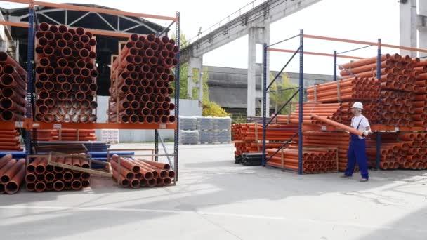 munkás kéz műanyag cső szennyvíz rendszerek részt raktár