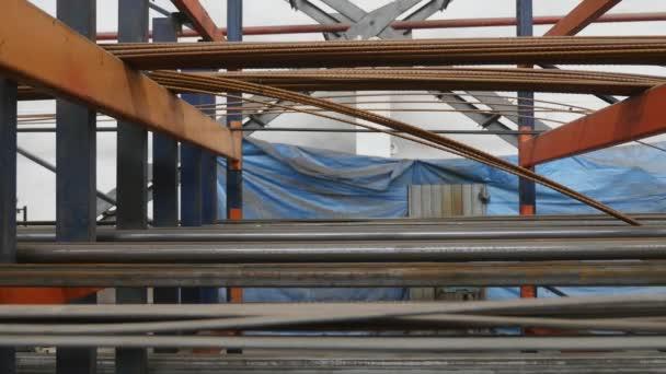 Pracovník na válcování kovů. Kovové těsnění a rohy close-up na pozadí rostlin