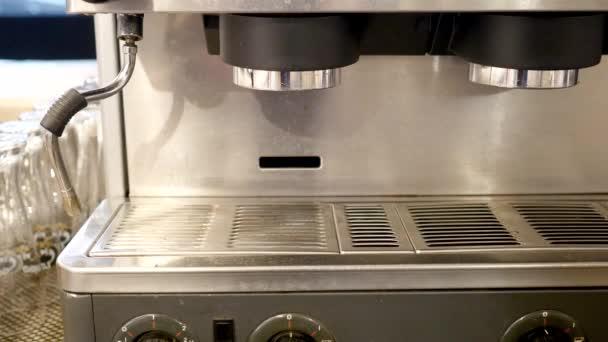 Přípravu šálku kávy v rušné kavárně