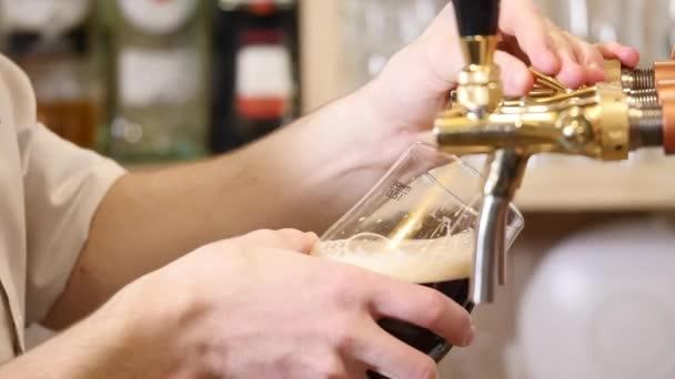 Sör özönlenek a könyök üveg. Kövér, fény, szűretlen sör, kész sört