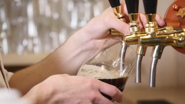 Pivo je lití do lomené sklo. Stout, světlo, nefiltrované pivo připravené pít pivo