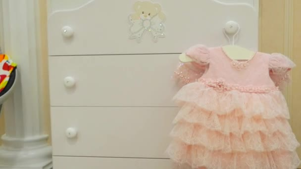 rózsaszín baba ruha fehér szobában