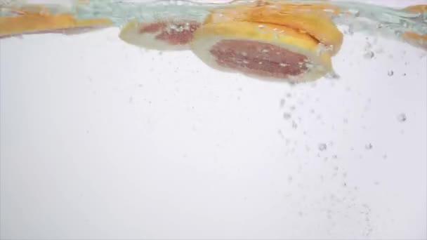 frisches Obst im Wasserspritzer, fallende Grapefruit