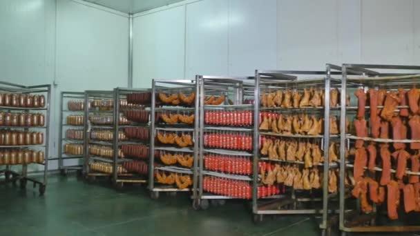 Gyári gyártási kolbász és hús