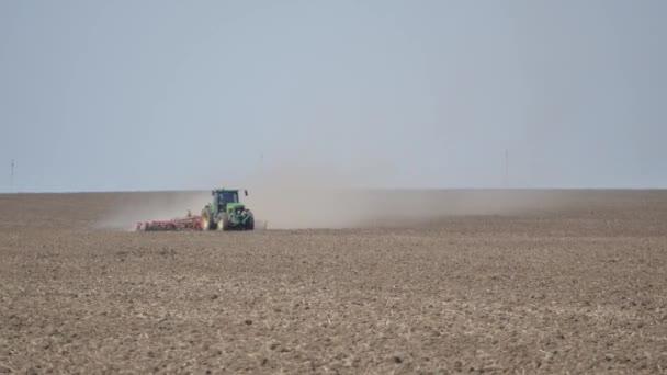 Farma traktoru úchyty země na poli