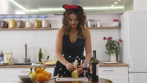 Krásné šťastné radostné pinup styl hospodyně v kuchyni