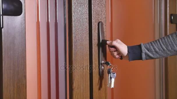 Schlüssel geht in Schlüsselloch
