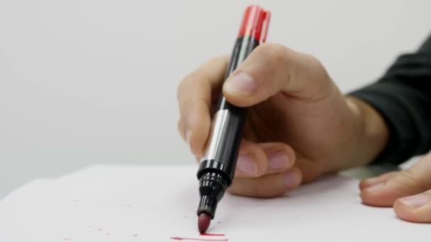 Primo piano di uomo di scrittura su carta con il segno della mano