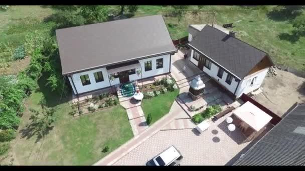 Drohnenschuss auf Hausgrundstück während einer Hochzeitsfeier