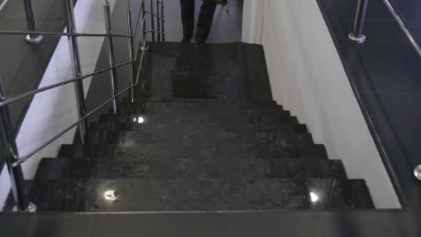 Mužské nohy jít nahoru po schodech. Muž nohy chůzi do schodů. Muž v vintage boty chůze po schodech. Muž chůzí do schodů