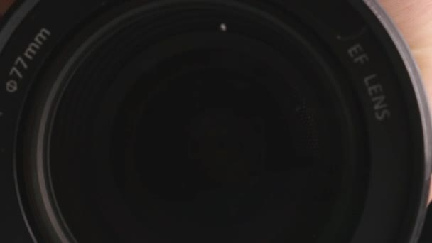 Videokameralinse, die Zoom und Blendung zeigt, dreht sich, Nahaufnahme