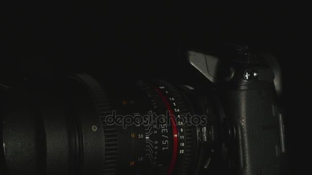 DSLR Digitalkamera isoliert auf schwarzem Hintergrund