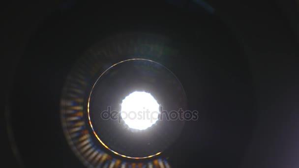 Kamera-Objektivblende öffnen und schließen. Vorderansicht Makroaufnahme