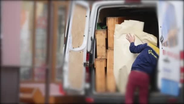 14.11.2017 Černovice, Ukrajina - stěhováci vyložení stěhování krabic od vozu