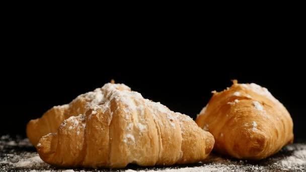 tři croissanty otočit na černém pozadí