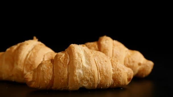 három croissant spin a fekete háttér