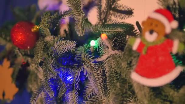 Vánoční ozdoby na větve jedlí