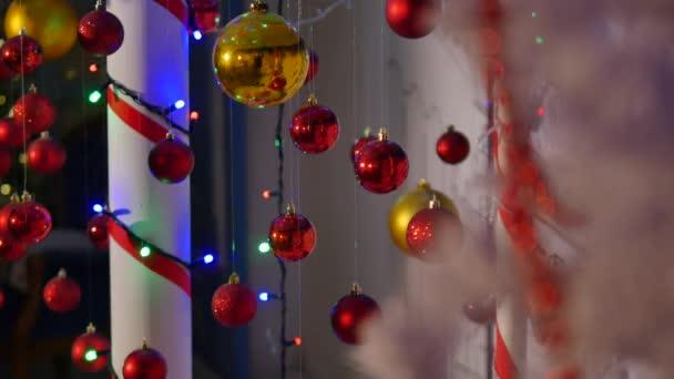 barevné vánoční koule. Sada izolované realistické dekorace