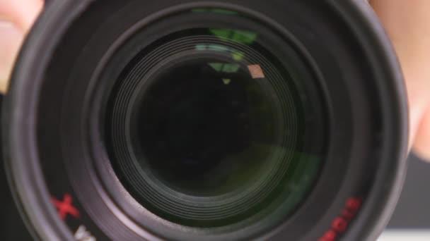 Kamerazoom. Closeup Aufnahme von professionellen Video-Kamera, mit seiner Objektiv ein-und Auszoomen