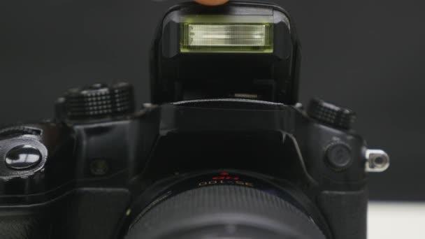 Öffnung und blinkender eingebauter Blitz mit Objektiv. Fotografieren
