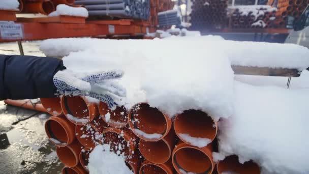 Orange PVC-Rohre auf Baustelle gestapelt