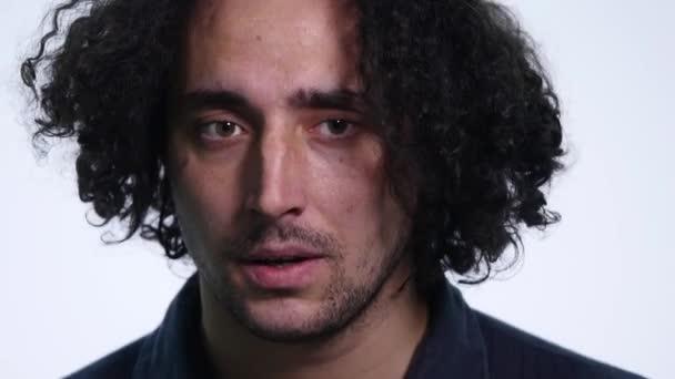 charismatický mladý vousatý muž v černé košili na bílém pozadí se zobrazí různé emoce