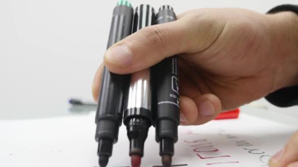Nahaufnahme einer Handschrift auf Papier mit Filzstift