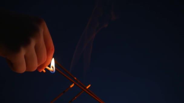 Aromaterapii prostírání s parfémované svíčky a aroma tyčí. svíčky a aroma stick