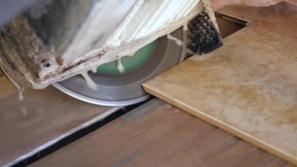 Stavební interiérové muži pracují tvůrci řezané dlaždice na podlahu