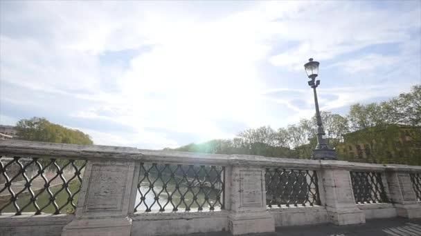 pohled z mostu na pozadí modré oblohy