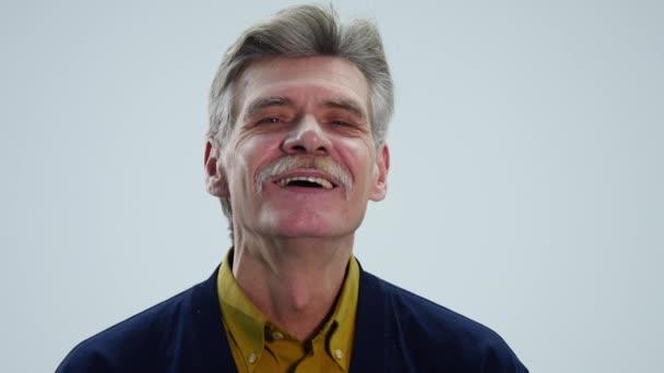 Senioři a pocity, starší muž s úsměvem a knír