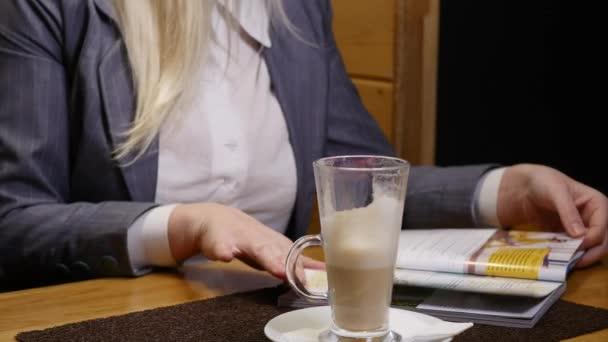 Mladá podnikatelka, čtenářský deník a pití kávy v kavárně