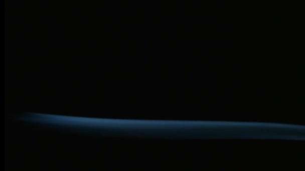 Mozgása füstölő zökkenőmentes füst sötét háttér előtt. Dinamikus szép nyugodt kikapcsolódásra koncepció. Aromaterápiás, tisztító tömjén füst