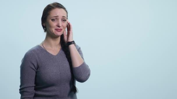 Smutná dívka plakat nad bílým pozadím