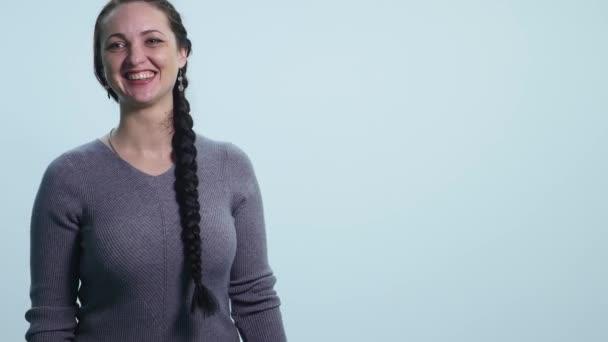 Portrét krásné ženy se smíchem na bílém pozadí