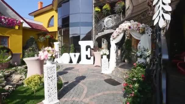casa y patio listo para la boda con la decoración de colores